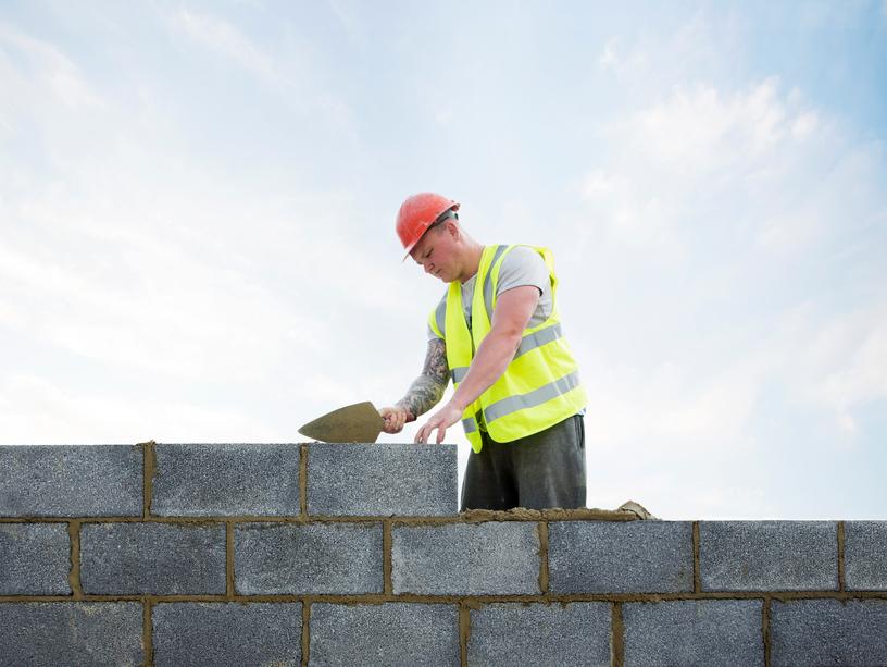 Man som murar en vägg