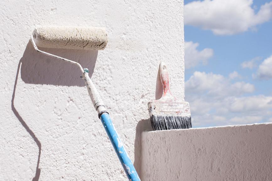 Färgroller lutad mot vägg