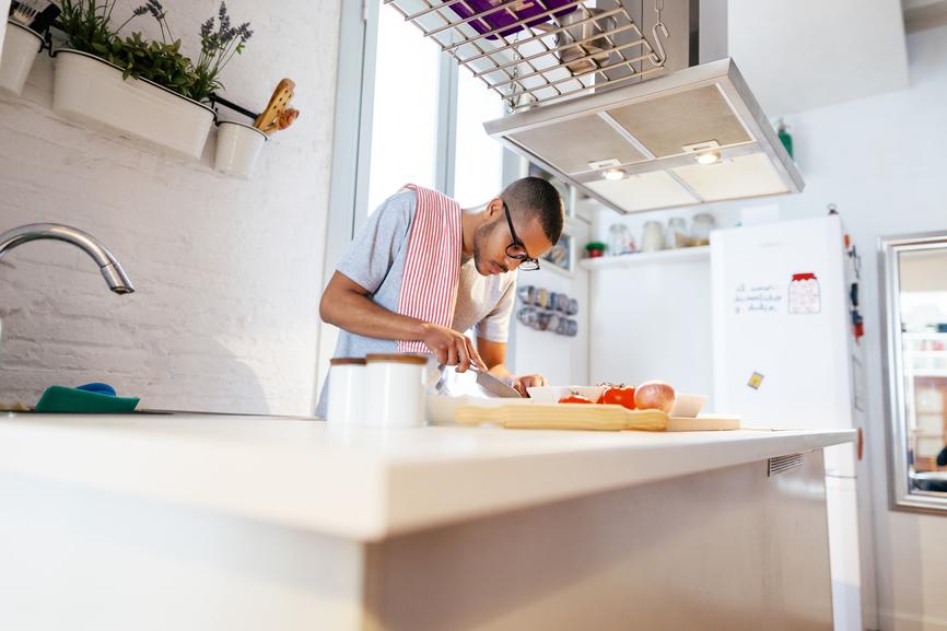 Man i kök