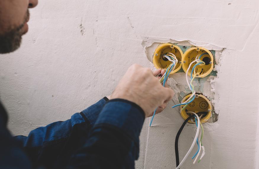 Elektriker vid eldragningar i vägg